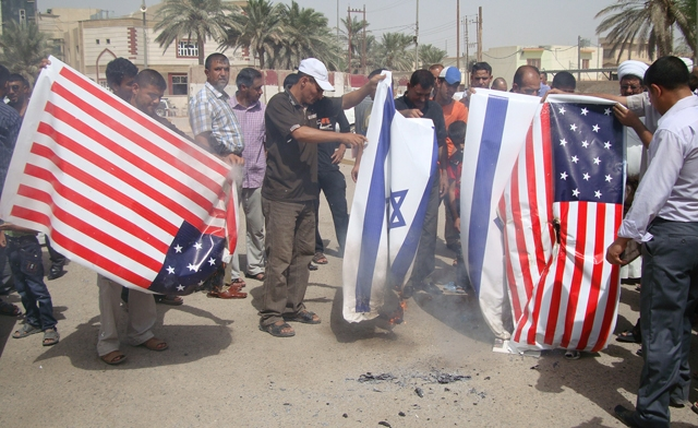 Beberapa warga Irak melakukan protes terhadap AS dan Israel (Sumber gambar: http://www.alarabiya.net)