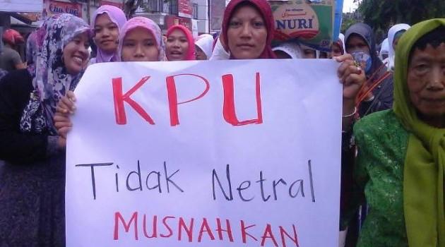 Aksi ribuan ibu-ibu anggota Muslimat Nahdlatul Ulama (NU) beserta putri remaja masjid se-Kabupaten Pamekasan, Sabtu (24/11/2012). (Sumber gambar: http://www.lensaindonesia.com)